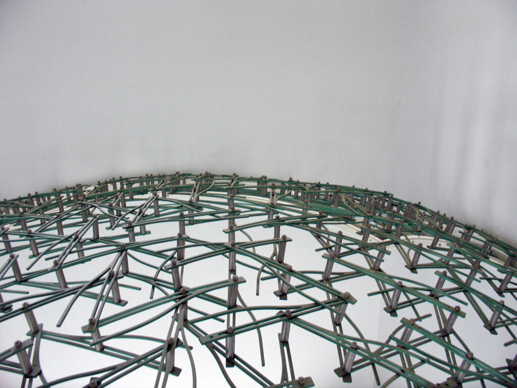 detailed view of the upper part of the pendentive dome, showing the double layer of linkage bars.
